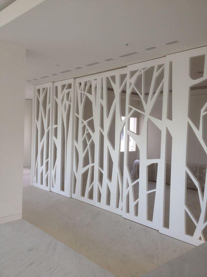 Puerta corredera pantografiada fresada o un bosque en el for Puertas con vidrieras decorativas
